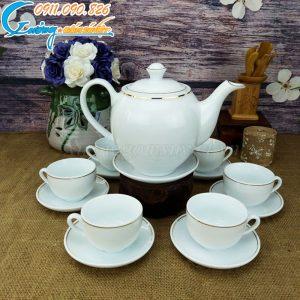 Bộ ấm trà Bát Tràng trắng kẻ chỉ vàng rất được khách hàng ưa chuộng