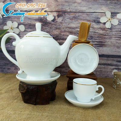 Bộ ấm trà được kẻ chỉ vàng ở cả ấm, chén và đĩa lót