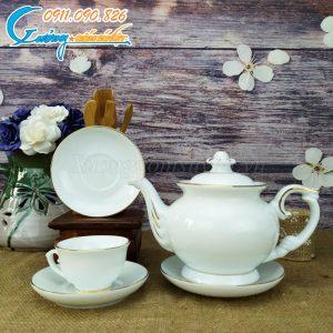 Bộ ấm trà được kẻ chỉ vàng đầy đủ các chi tiết ấm, chén và đĩa lót
