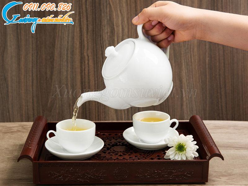 Sản phẩm được làm bằng gốm sứ Bát Tràng nên có khả năng giữ nhiệt lâu, độ ngắt dòng nước chính xác