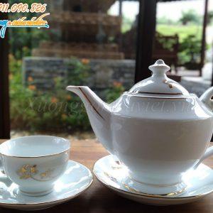 Một mặt của bộ ấm trà trắng trơn nên rất phù hợp cho việc in ấn logo, nội dung làm quà tặng