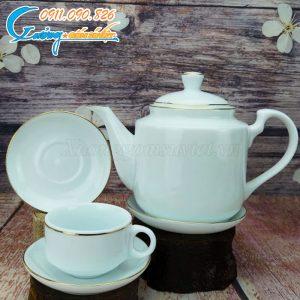 Bộ sản phẩm được kẻ chỉ vàng ở cả ấm, chén và đĩa lót tạo ra sự đồng bộ cho sản phẩm