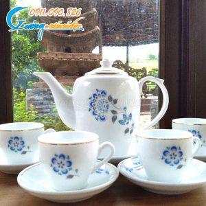 Bộ ấm trà được vẽ họa tiết hoa xanh nổi bật