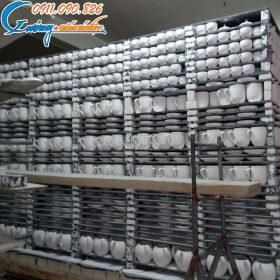 Các sản phẩm mộc chuẩn bị được chuyển vào lò nung tại Xưởng Gốm Sứ Việt