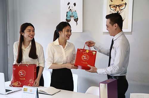 Hiện nay, rất nhiều doanh nghiệp đã lựa chọn những món quà đẹp và ý nghĩa dành tặng cho nhân viên, khách hàng, đối tác của mình để thể hiện tình cảm