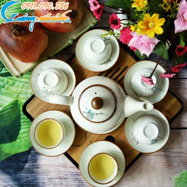 Bộ ấm chén gắn liền với văn hóa uống trà của dân tộc ta nên có giá trị sử dụng rất cao